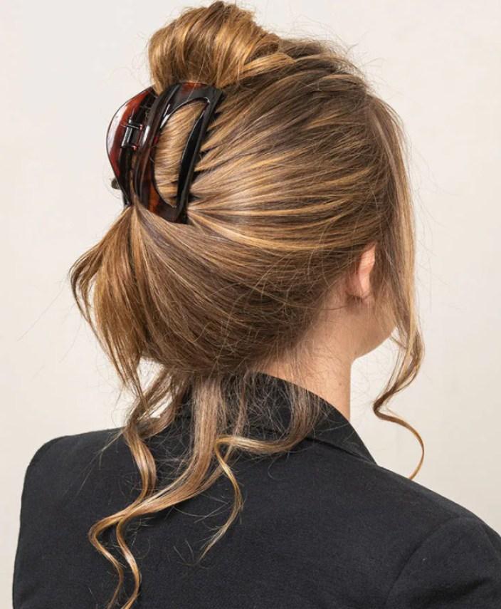aqui penteado estiloso usando pitanha de cabelo