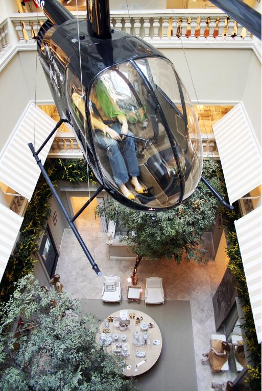 Foto de um Helicóptero dentro das instalações da Villa Daslu.
