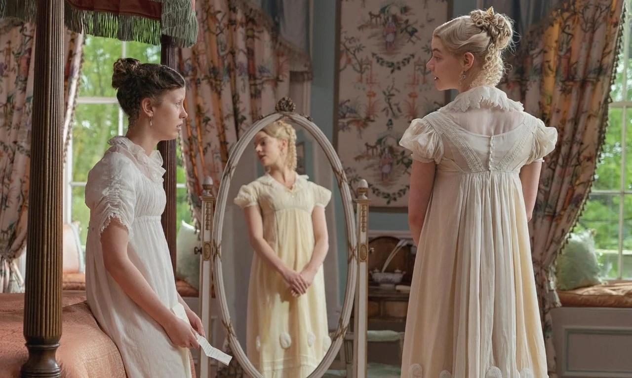 Cena do filme Emma, de 2020, com duas atrizes vestidas com vestidos no estilo império.