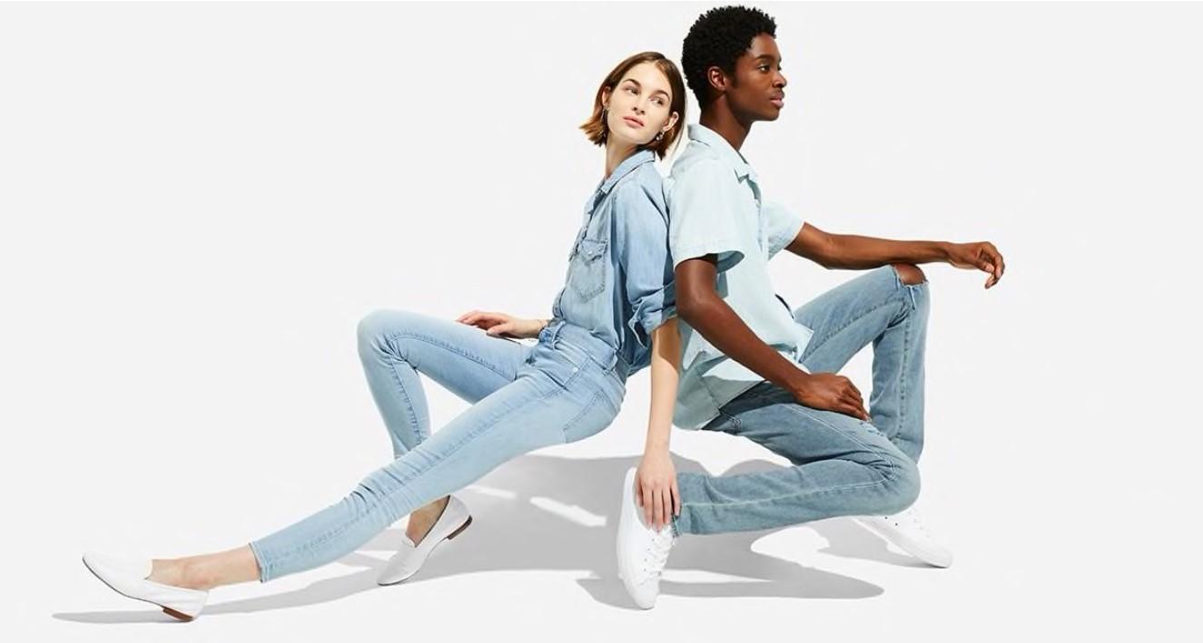 Dois modelos posando vestidos com camisa e calças jeans para a campanha de Verão da GAP de 2018.