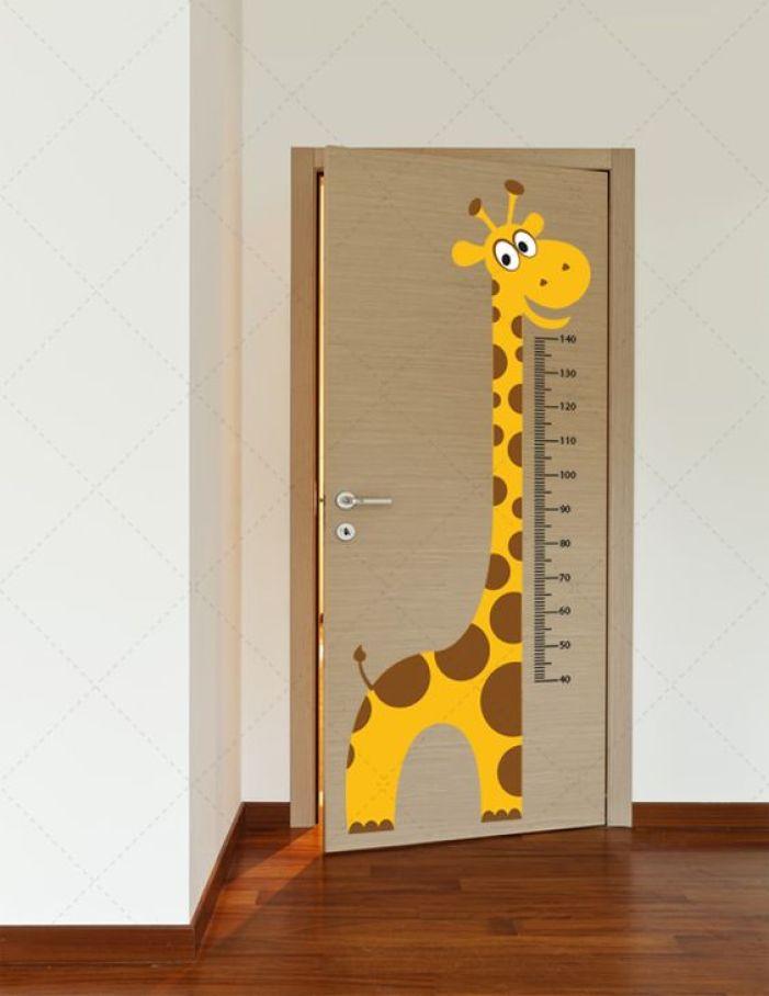 Girafa que mede altura.