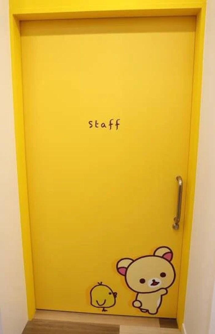 Porta amarela.