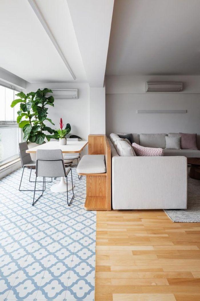 Azulejo e piso de madeira.