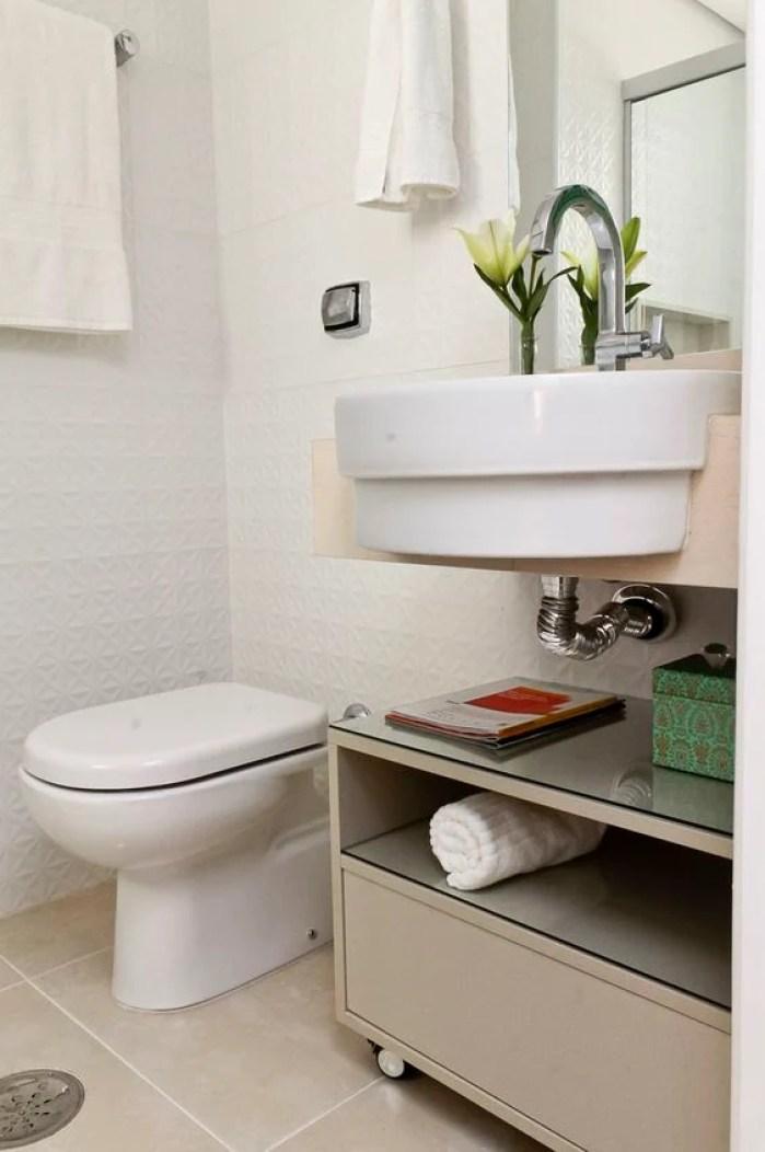 Balcão de banheiro pequeno.