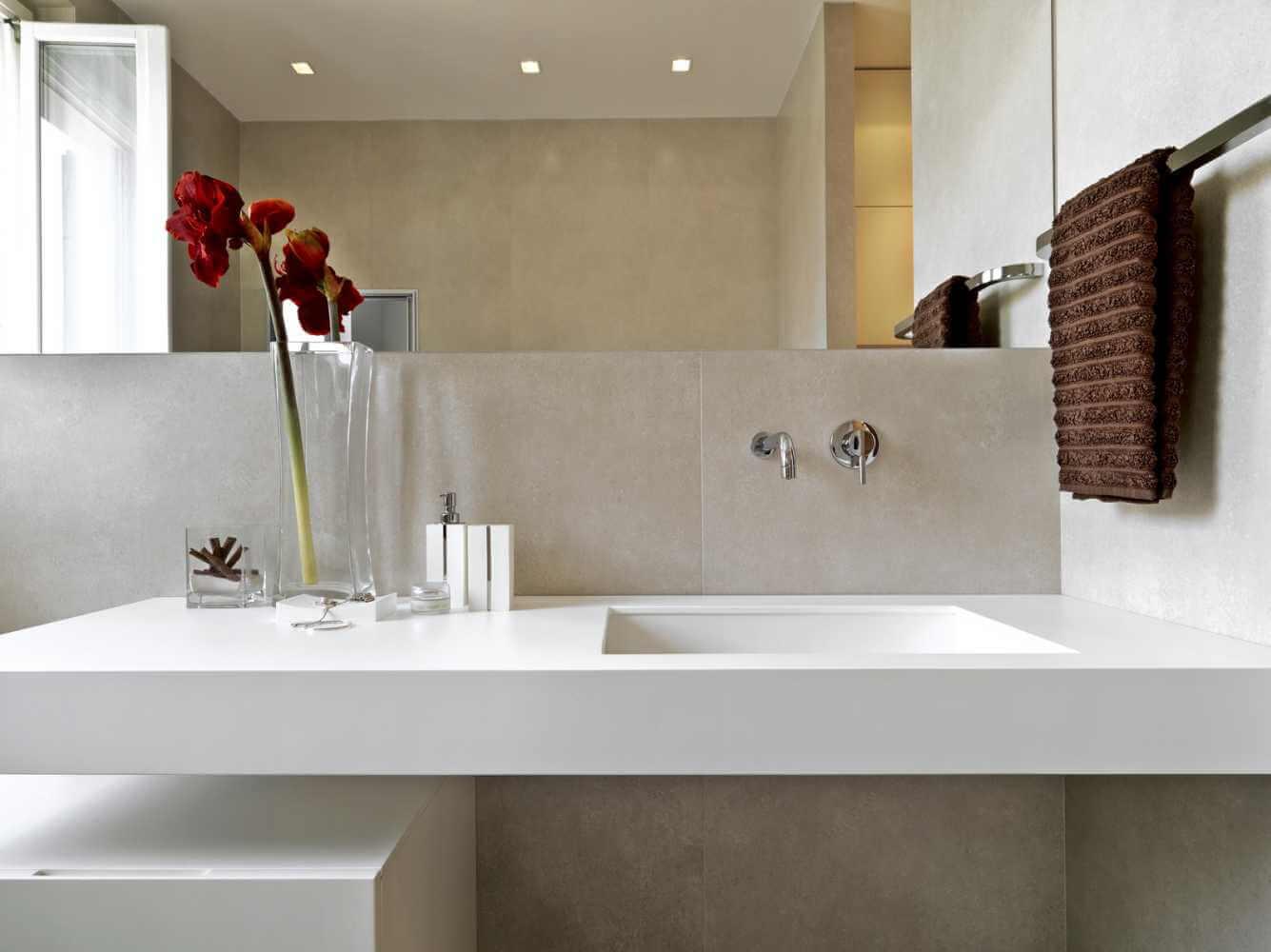 Balcão de banheiro simples e branco.