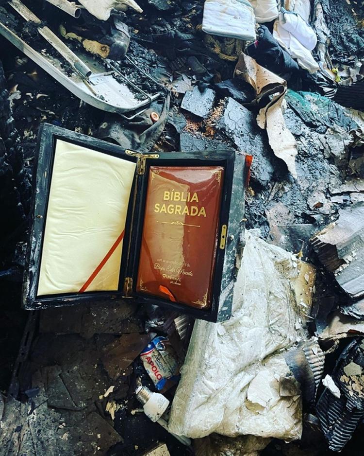 Foto de bíblia intacta após incêndio na casa de Fernando Sampaio.