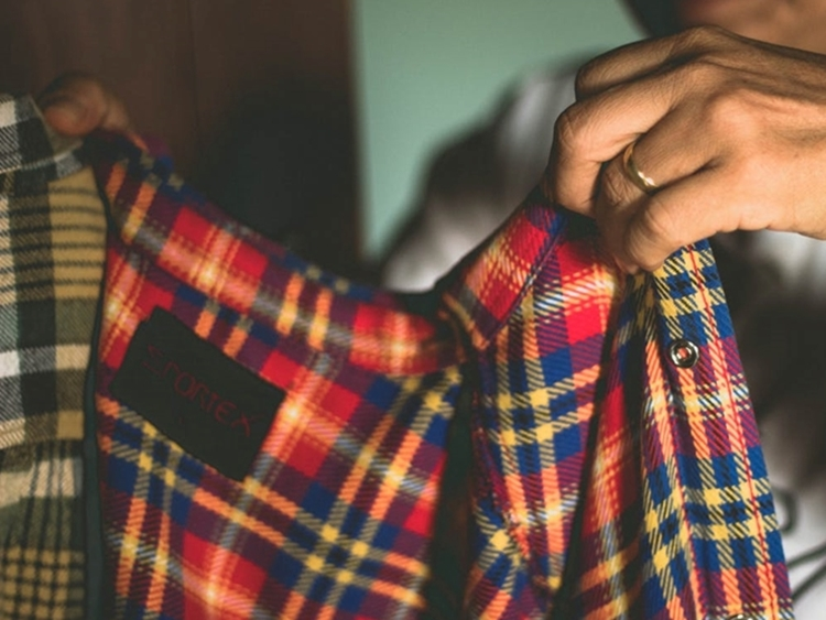 Foto de blusa com estampa xadrez.