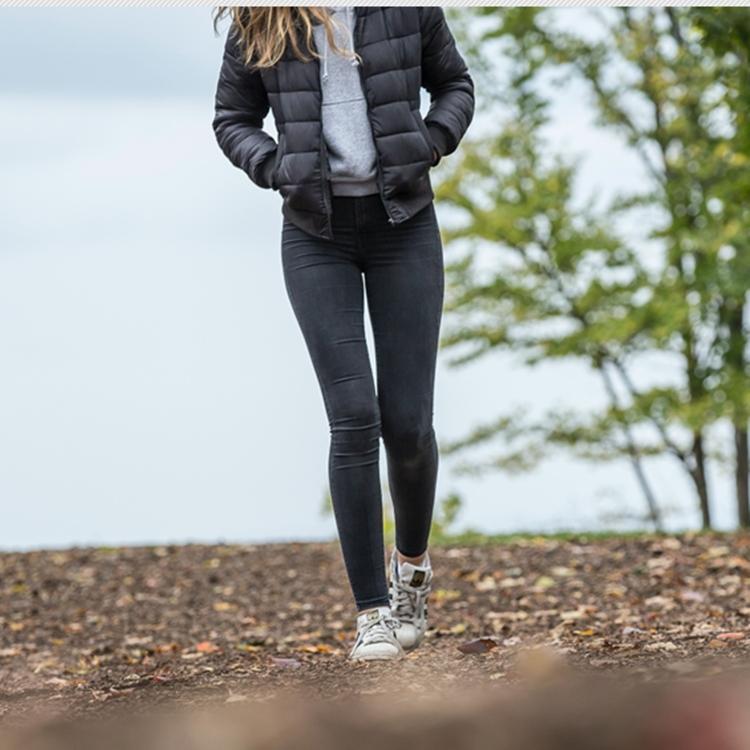 Foto de mulher usando calça skinny.