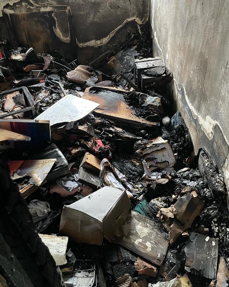 Foto dos destroços queimados da casa de Fernando Sampaio.