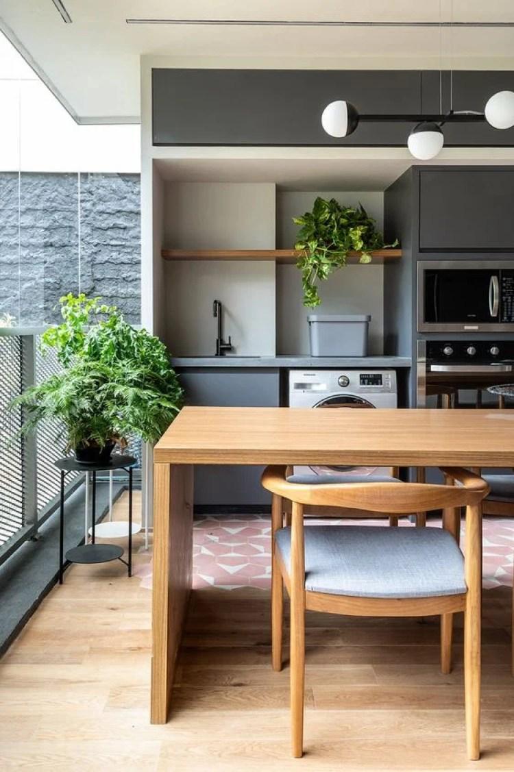 Cozinha com armário cinza.