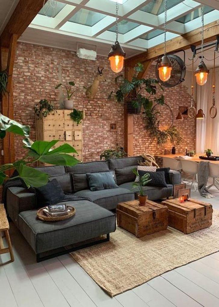 Decoração cm plantas e parede de tijolos à vista