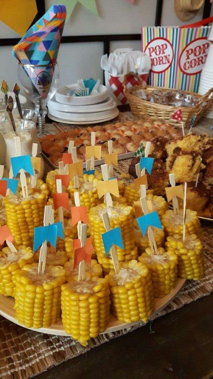 Pedaços de milho na bandeja.