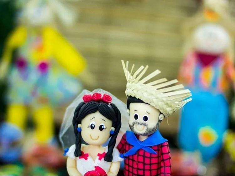 Foto de bonecos vestidos com trajes de festa junina.