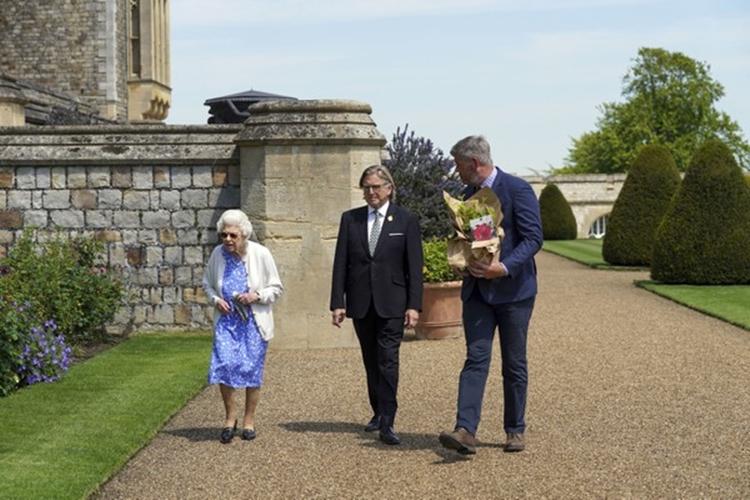 Elizabeth caminha em direção ao jardim leste do Castelo de Windsor.