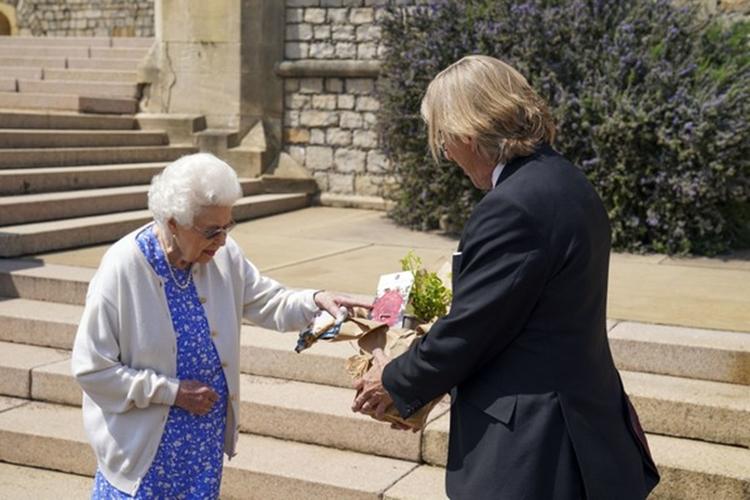 Rainha Elizabeth II recebe presente em homenagem ao Príncipe Philip no dia em que completaria 100 anos de vida.