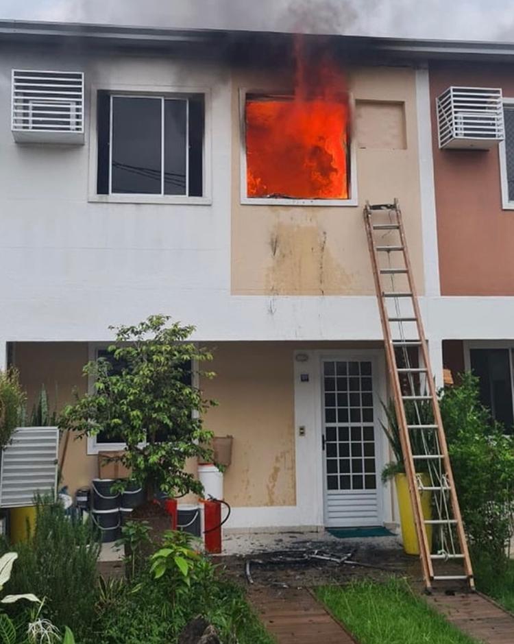 Foto da casa de Fernando pegando fogo.
