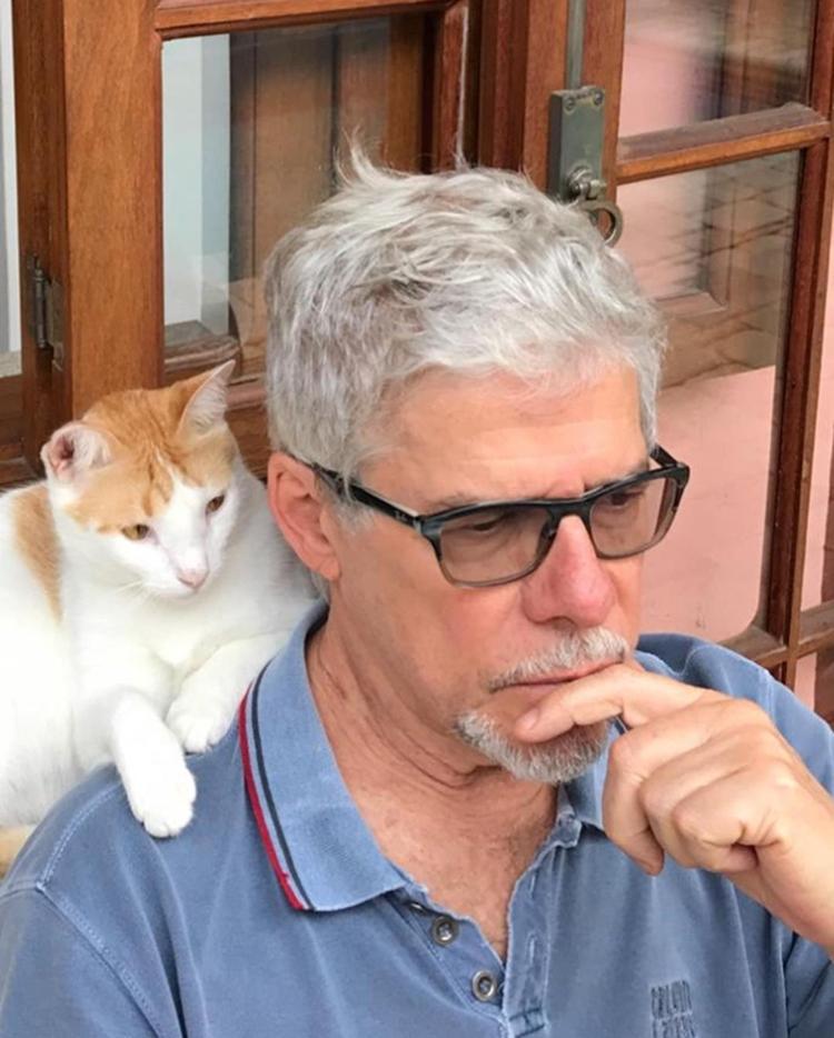 Foto do artista com gato.