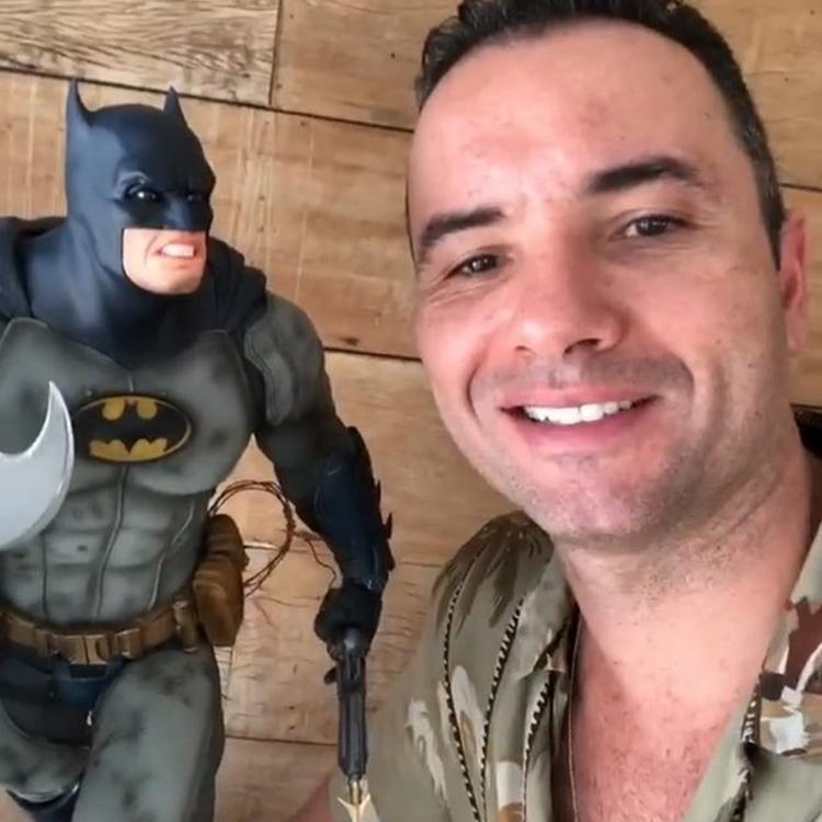 Foto de Marco Luque e seu boneco Batman - coleções inusitadas de famosos.