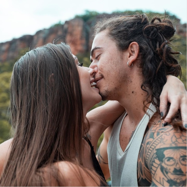 Foto de Whindersson Nunes e sua noiva se beijando.