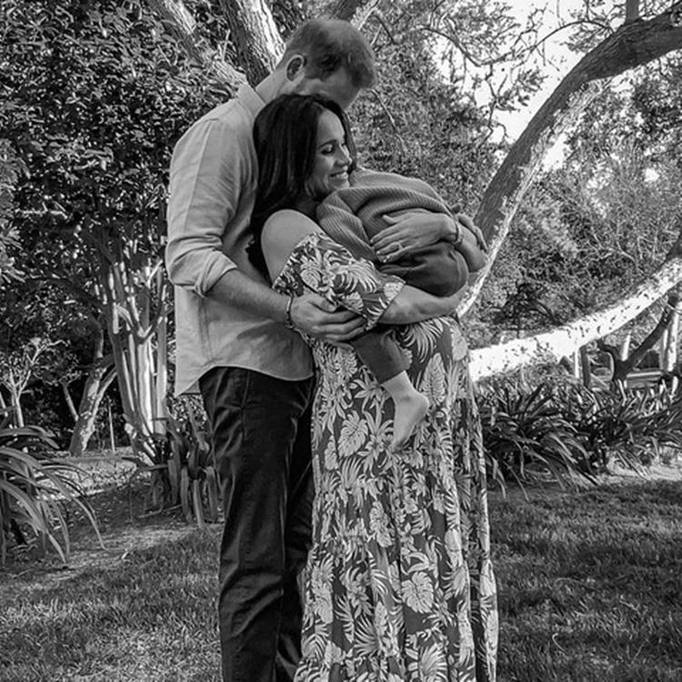 Meghan Markle e príncipe Harry envolvem filho em abraço apertado.