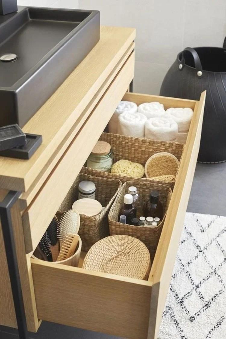 Banheiro organizado até no armário.