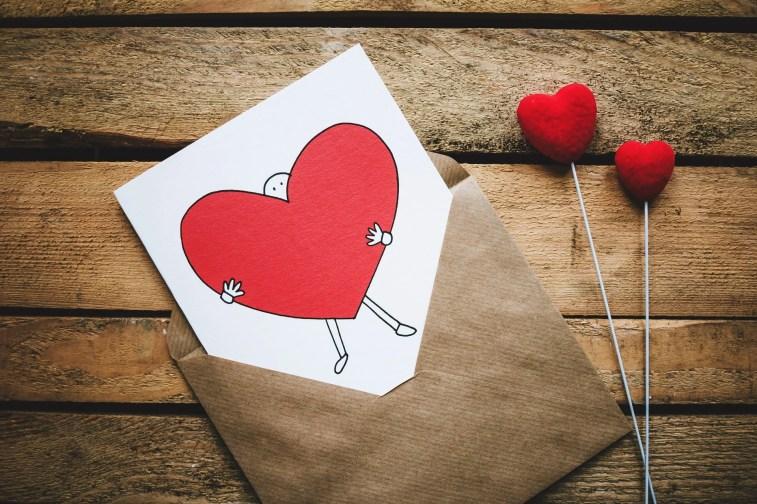 Cartão e flores de Dia dos Namorados.