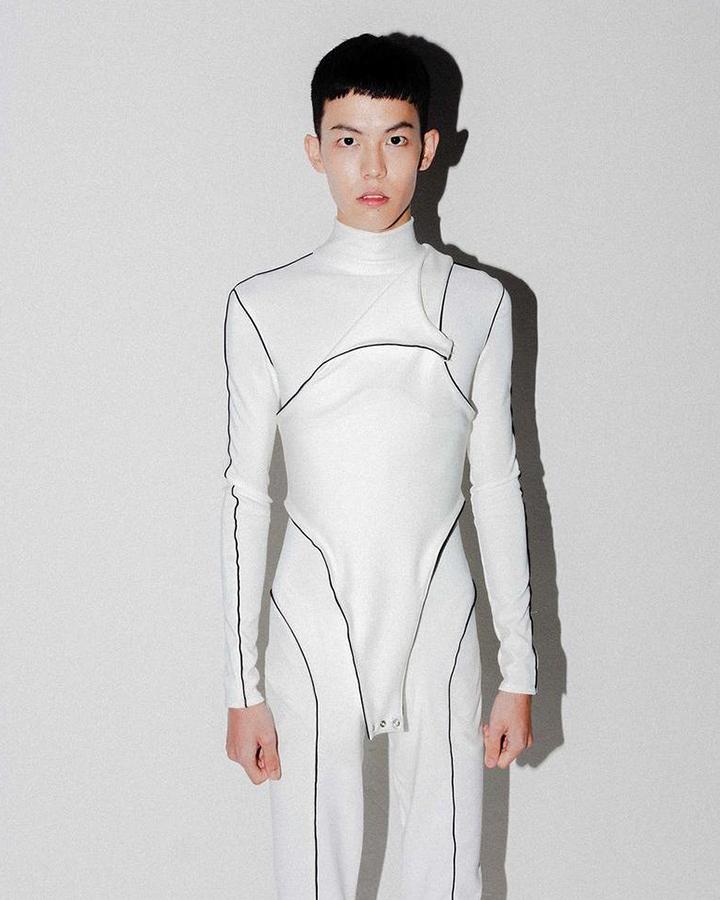 Modelo com macacão branco.
