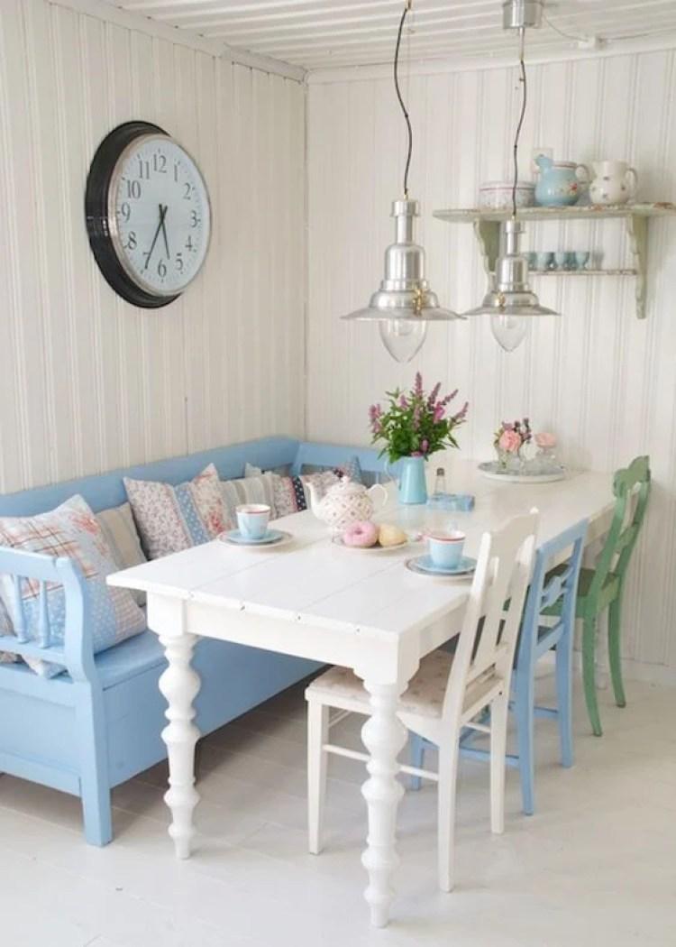 Sala de jantar com sofá azul.