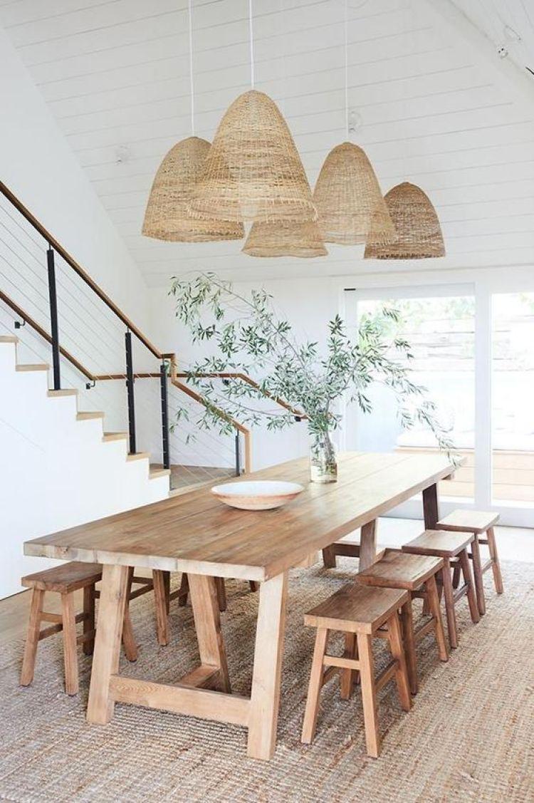 Sala de jantar com bancos de madeira.