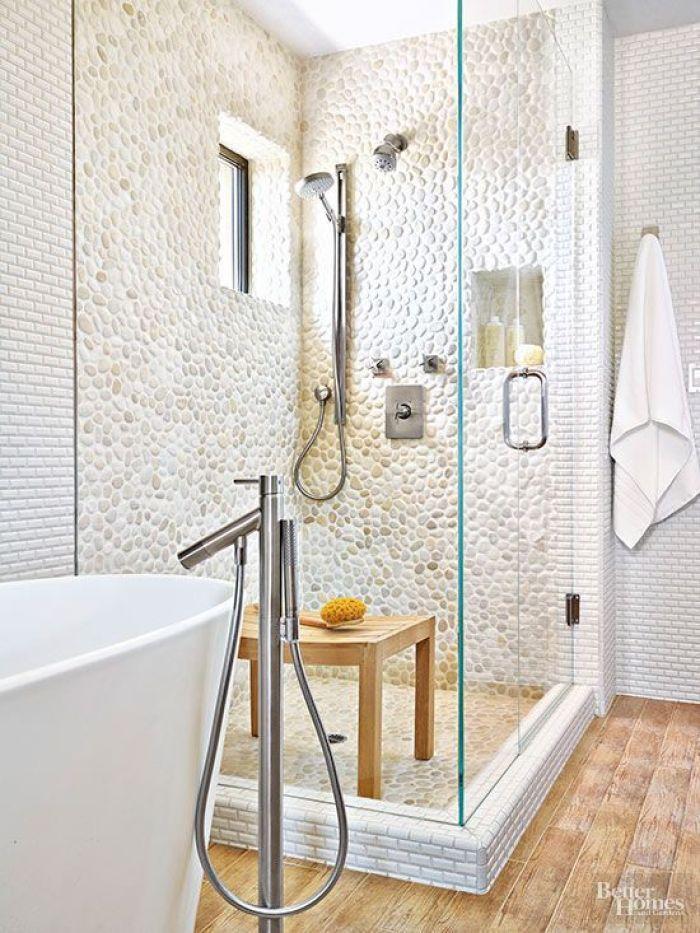 Banheiro com seixo branco.