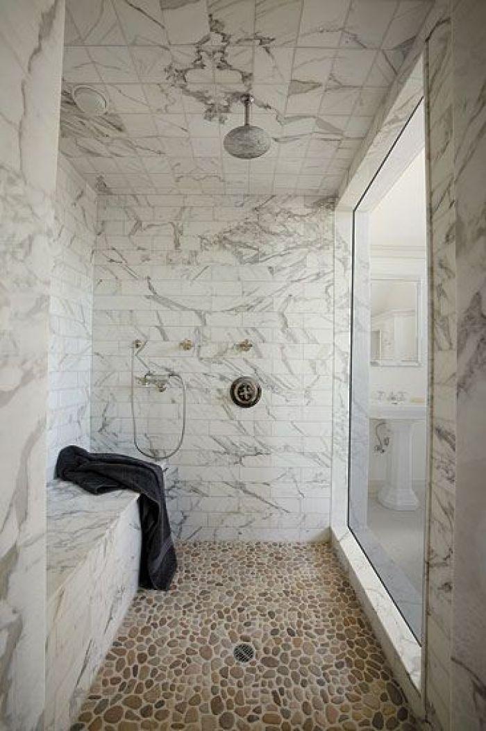 Banheiro com seixo e azulejo.