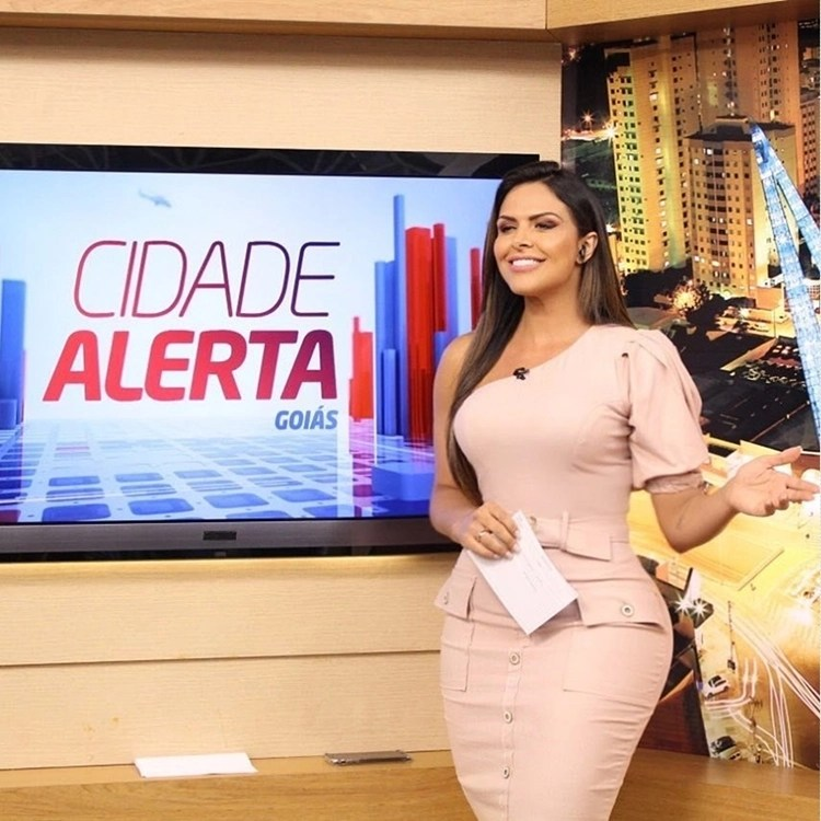 Foto de Silvye Alves apresentando o Cidade Alerta Goiás.