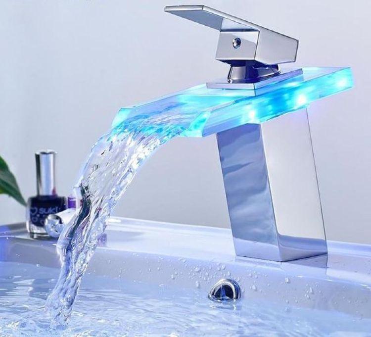 Torneira ligada com LED azul.