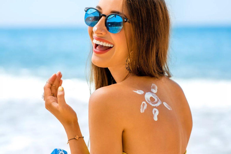 menina de óculos usando protetor solar
