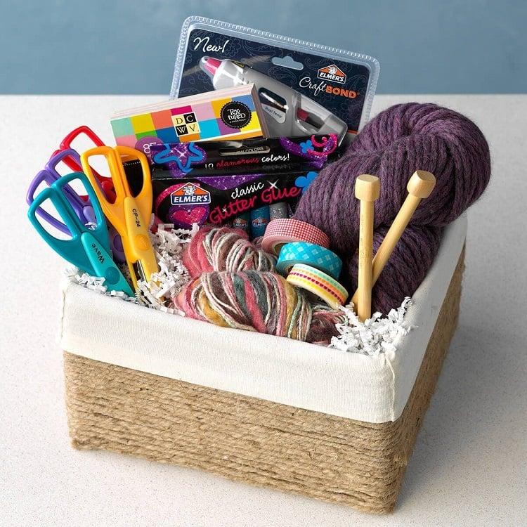 cesta com materiais de artesanato