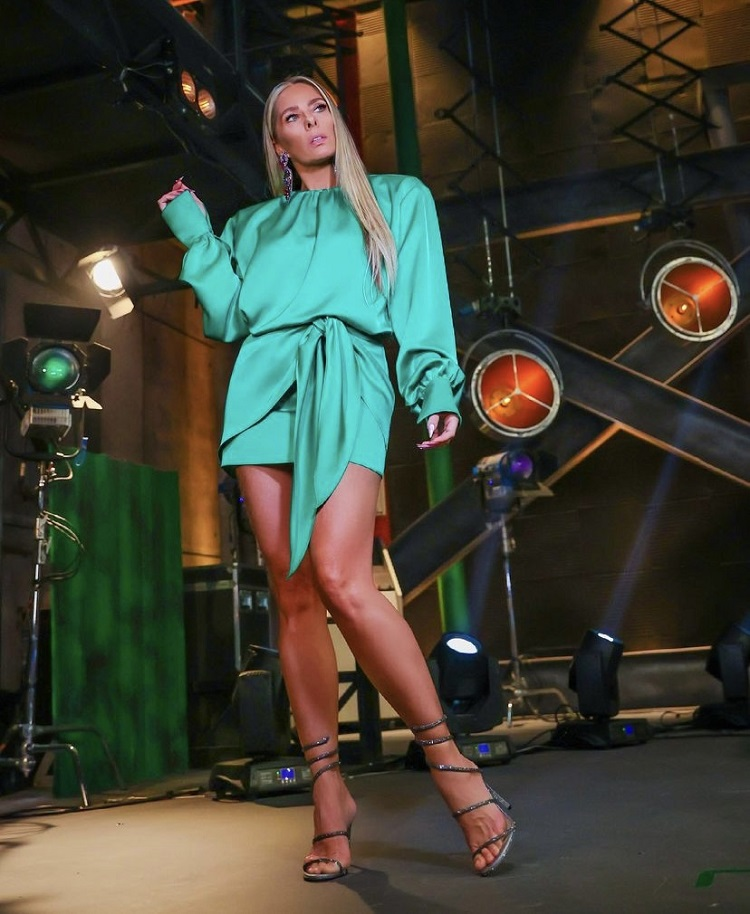 Galisteu usando vestido curto verde