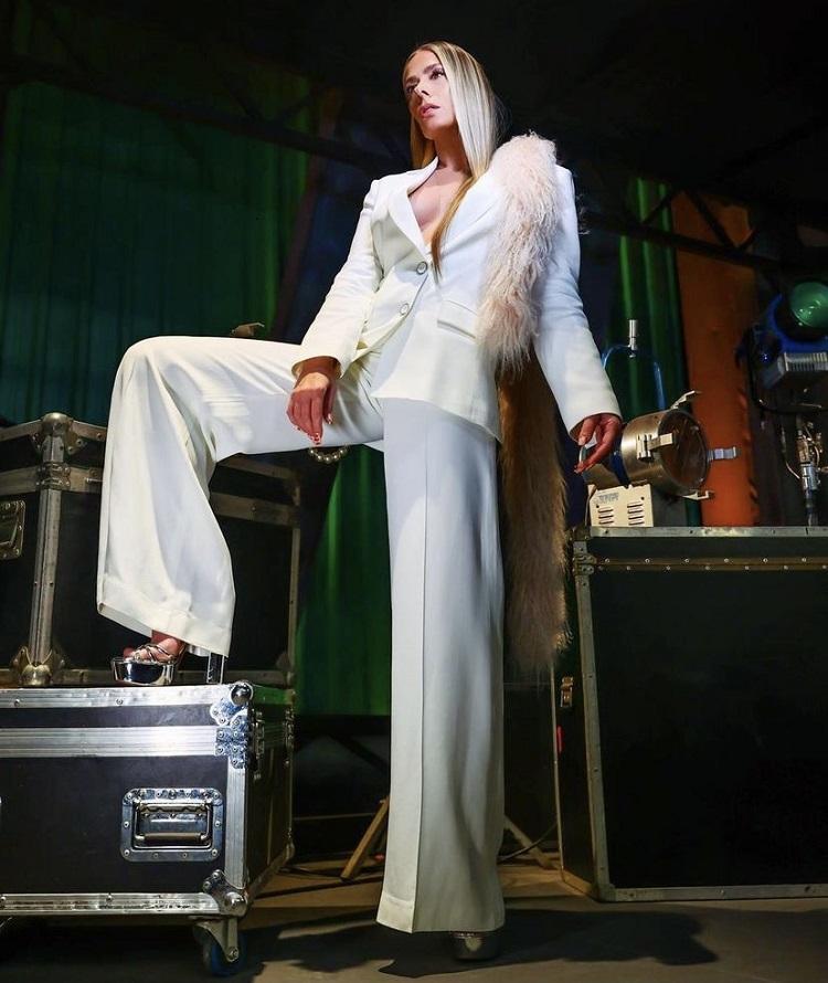Foto da Galisteu de terno branco