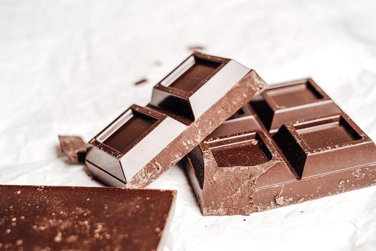 foto de barra de chocolate em bancada branca