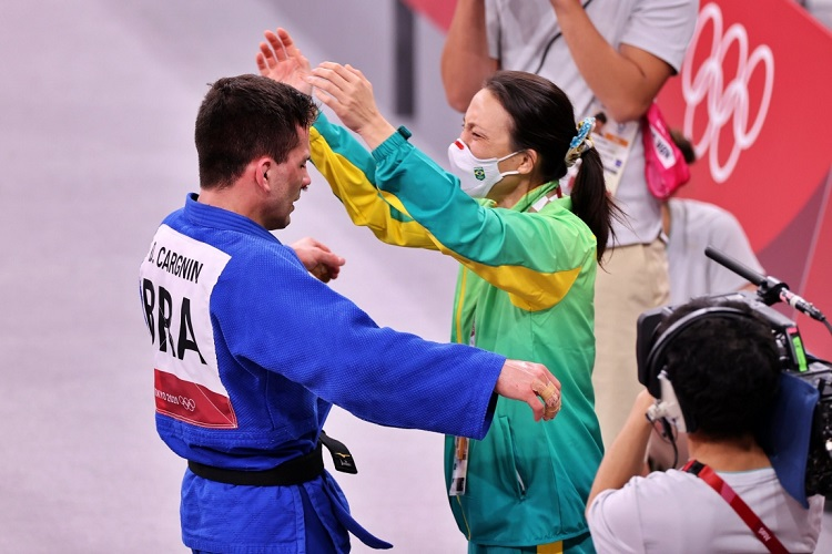 Foto do atleta Daniel Cargnin e sua treinadora Yuko Fujii