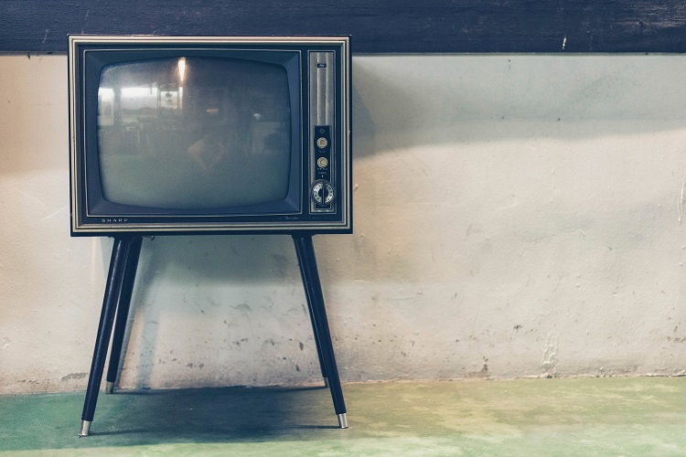 Foto de aparelho televisor antigo visto de frente