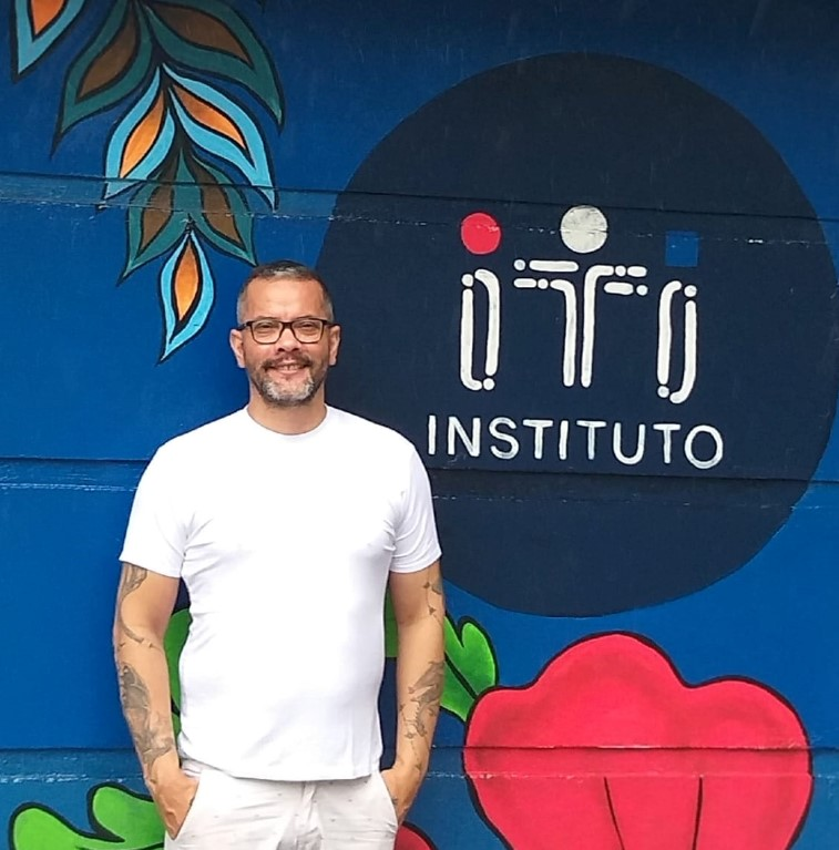 Ronaldo Silvestre posando todo vestido de branco diante da fachada do Instituto ITI