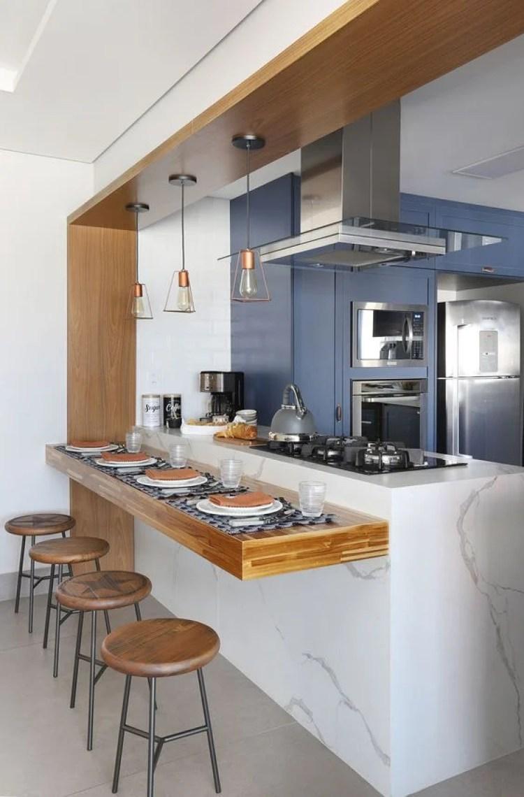 Balcão de cozinha com cooktop.