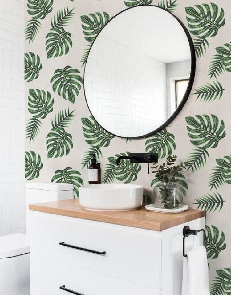 Banheiro com papel de parede.