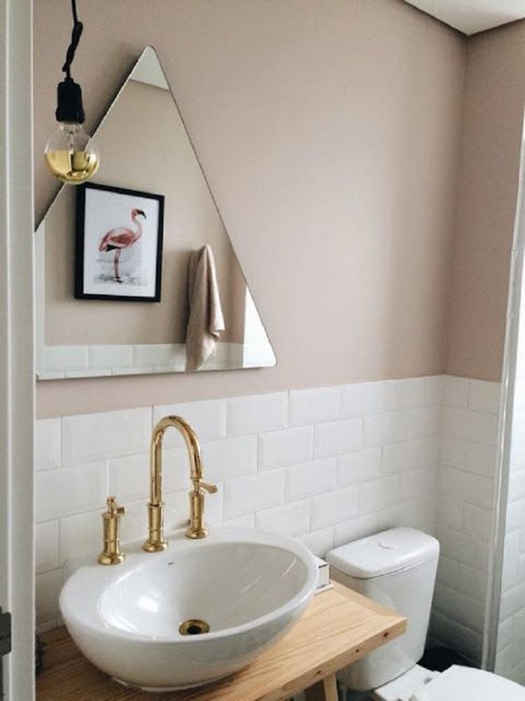 Banheiro barato e simples.