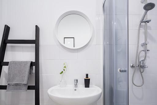 Banheiro barato e bonito.