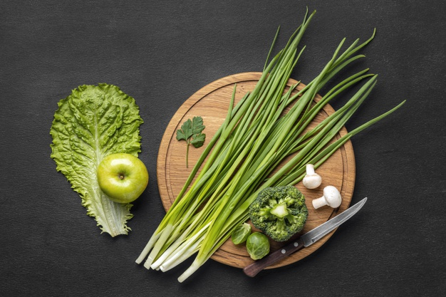 cebolinha na tábua de legumes