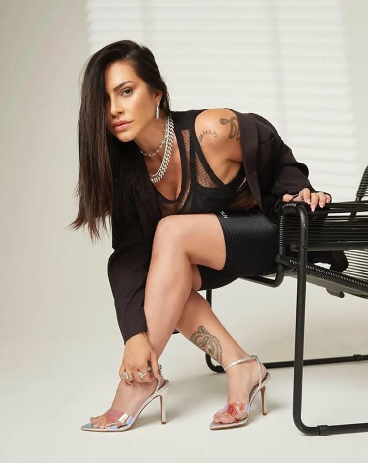 Foto da atriz mostrando sua tattoo de loba.