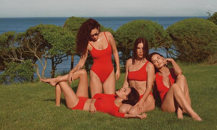 Demi Moore e as filhas de biquini vermelho