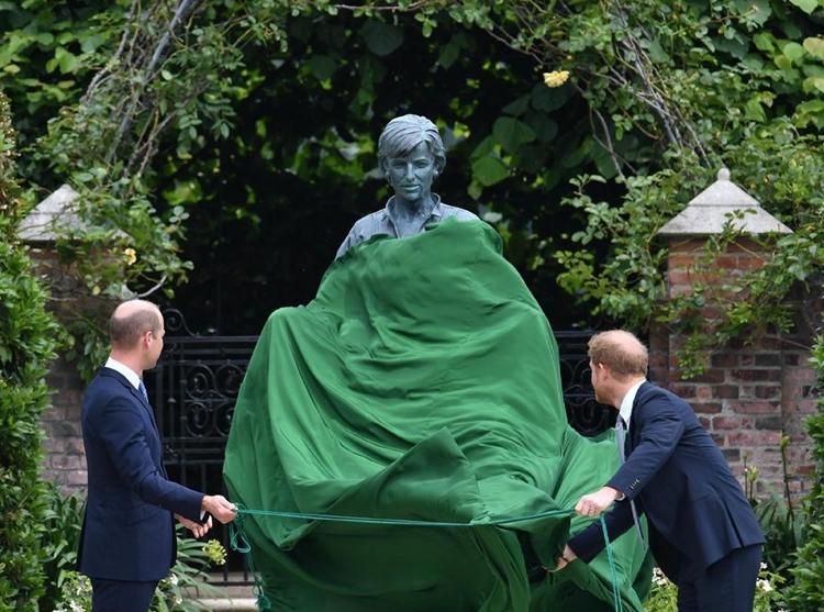 Foto da inauguração da estátua.