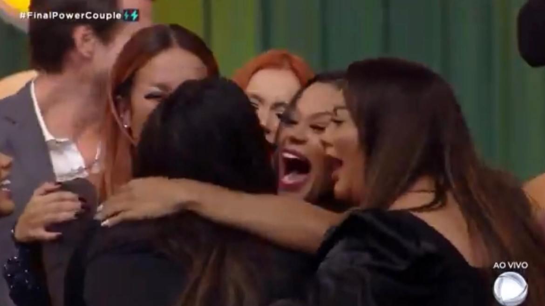 Mari quebra o protocolo e corre para abraçar as amigas Mirela, Carol, Renata e Marcia. Fonte: Reprodução/Record TV